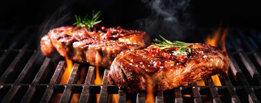 Super lecker: Grillen mit sehr hohen Temperaturen versiegeln das Fleisch sofort.